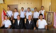 高野副市長(前列左から2人目)らに全国大会の健闘を誓った剣道部員たち