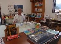 震災関連本と児童書が目立つ「本のさかい」の酒井孝正さん=2017年8月、棚部秀行撮影