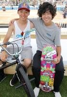 笑顔で肩を組むスケートボードの池田(右)と自転車BMXフリースタイルの中村=宮武祐希撮影