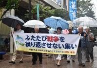 「ふたたび戦争を繰り返させるな」とシュプレヒコールを上げながら行進する参加者=仙台市青葉区で