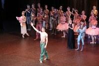 イングリッシュ・ナショナル・バレエの「海賊」終演後にプリンシパル昇進が発表され、観客の祝福に応えるセザール・コラレス(前)=写真家・長谷川清徳撮影