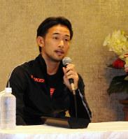 13度目の防衛に失敗し、記者会見で心境を語る山中=坂本太郎撮影
