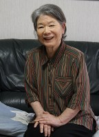 平和を訴える糸柳昿子さん。撮影時、酸素吸入器を外して笑顔を見せた=三重県鈴鹿市の自宅で6月21日、山本萌撮影