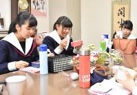 お弁当を食べながら、今秋のなでしこミーティングに向けて女子高の魅力を語り合う静岡英和の生徒たち=静岡市の同校で、古川幸奈撮影