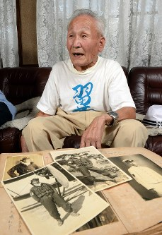 Tatsuzo Nishimura speaks about his experience during World War II while showing off photos from the time in Kyoto's Sakyo Ward on Aug. 9, 2017. (Mainichi)