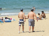 Two police officers are on patrol dressed in swimming trunks at Nata beach in Fukuoka's Higashi Ward on Aug. 11, 2017. (Mainichi)