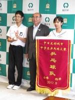 加藤錠司郎市長をはさみ、3位のトロフィーを持つ松山さん(左)とペナントを持つ内水さん(右)=稲沢市役所で