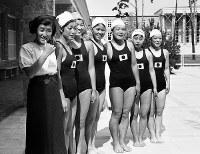競泳女子選手が勢ぞろい。(左から)松村昶子、壷井宇乃子、古田つね子、守岡初子、前畑秀子、竹村令、小島一枝の各選手=ベルリンで1936(昭和11)年7月、高田正雄本社特派員撮影