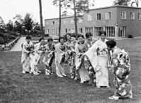 オリンピック村で振袖姿を披露する日本の水泳女子選手ら=ベルリンで1936(昭和11)年7月、高田正雄本社特派員撮影