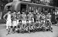 選手宿舎前のサッカー五輪代表チーム。1回戦で強豪スウェーデンを3-2で破り「ベルリンの奇跡」と言い伝えられている=ベルリンで1936(昭和11)年7月、高田正雄本社特派員撮影