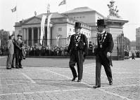 正装でIOC総会開会式に臨む副島道正(右)と嘉納治五郎の両委員=ベルリンで1936(昭和11)年7月29日、高田正雄本社特派員撮影