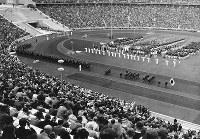開会式で日の丸を先頭に入場する日本選手団=ベルリンのオリンピアシュタディオンで1936年8月1日、高田正雄本社特派員撮影