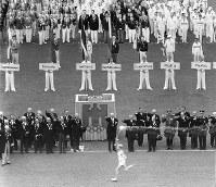 開会式で選手や大会役員の前を走り抜ける聖火ランナー=ベルリンで1936(昭和11)年8月1日、高田正雄本社特派員撮影