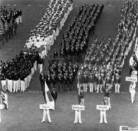 開会式でグラウンドに整列する日本選手団。旗手は大島鎌吉選手=ベルリンで1936(昭和11)年8月1日、高田正雄本社特派員撮影