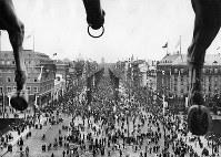 開会式当日、ブランデンブルク門の上にある彫刻、四頭立ての馬車から見下ろした聖火通過後のウンター・デン・リンデン通りの人出=ベルリンで1936年8月1日、高田正雄本社特派員撮影