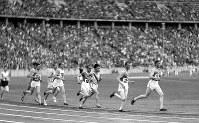 陸上男子5000メートル決勝で力走する村社講平選手(右から3人目)。1万メートルと同じく4位となる=ベルリンで1936(昭和11)年8月7日、高田正雄本社特派員撮影