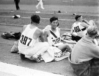 トラックの脇で試技の順番を待つ走り幅跳びの田島直人選手(結果は銅メダルで日本の大会初メダル)=ベルリンで1936(昭和11)年8月4日、高田正雄本社特派員撮影