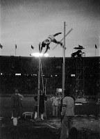 夜間照明の下、跳躍を続ける棒高跳びの大江季雄選手(銅メダル)=ベルリンで1936(昭和11)年8月5日、高田正雄本社特派員撮影