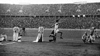 三段跳びで16メートル00を跳ぶ田島直人選手(金メダル)=ベルリンで1936(昭和11)年8月6日、高田正雄本社特派員撮影