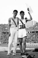 陸上男子三段跳びで世界新記録の16メートルを跳び、今大会日本初の金メダルを獲得した田島直人選手(右)と銀メダルの原田正夫選手=ベルリンで1936年8月6日、高田正雄本社特派員撮影