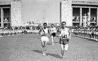 陸上男子マラソンで、スタジアムをスタートする孫基禎選手(左)金メダルを獲得=ベルリンで1936(昭和11)年8月9日、高田正雄本社特派員撮影