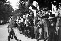 マラソンコースの沿道で日の丸を振って応援する在留邦人ら=ベルリンで1936(昭和11)年8月9日、高田正雄本社特派員撮影