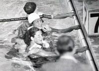 競泳女子200メートル平泳ぎ、ゴール直後の前畑秀子選手(奥から2人目)日本女子初の金メダリストとなる。手前は2位のゲネンゲル選手(独)=ベルリンで1936(昭和11)年8月11日、高田正雄本社特派員撮影