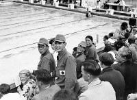 スタンドから観戦する競泳平泳ぎの選手たち。左から200メートル銅メダルの小池礼三選手、同じく金メダルの葉室鉄夫選手、同5位の伊藤三郎選手、女子200メートル平泳ぎ金メダルの前畑秀子選手=ベルリンで1936年8月15日、高田正雄本社特派員撮影