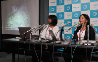 University of the Ryukyus professor Masako Izawa, right, holds a press conference about the discovery of the otter, at the Ministry of the Environment, on Aug. 17, 2017. (Mainichi)