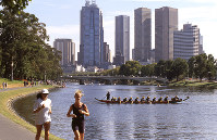 People are seen along the Yarra River in Melbourne in this file photo taken on a weekend in March 2000. (Mainichi)