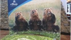 ユーモラスな熊の写真が出迎えるアンカレジ空港(写真は筆者撮影)