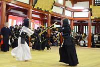 力のこもった声を上げて竹刀を打ち込む小学生剣士=日光市の日光東照宮・武徳殿で