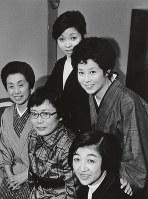TBS東芝日曜劇場800回記念番組「心」の出演者らとのスナップ。(後列右から)森光子さん、沢田雅美さん。(前列右から)石井ふく子さん、橋田寿賀子さん、杉村春子さん=1972年撮影、石井さん提供