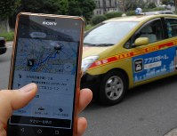 タクシー会社の配車アプリを使い、乗車前に目的地までの運賃を確定させる実証実験が行われている=東京都千代田区で2017年8月17日午前11時19分、中島和哉撮影