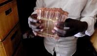 南スーダンの首都ジュバ市内で両替した札束=西谷文和さん撮影