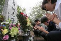 慰霊碑の前で手を合わせる遺族=群馬県上野村の御巣鷹の尾根で8月12日