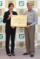 福田富一知事(右)から表彰状を手渡された宇賀耶早紀選手=宇都宮市の県庁で