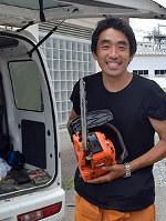 九州北部豪雨で被害をもたらした流木をウッドキャンドルの材料に活用し、地域の復興を目指す里川径一さん