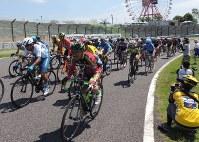 国際レーシングコースを力走する選手たち=鈴鹿市の鈴鹿サーキットで