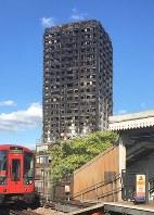 黒焦げとなったグレンフェル・タワー=ロンドンで15日