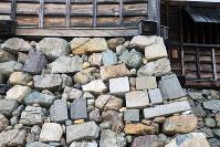 福知山城の大天守閣の石垣に多用されている転用石=京都府福知山市で、礒野健一撮影