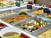 さまざまな総菜が並ぶヤフーの社員食堂ビュッフェ=東京都千代田区で、塩田彩撮影