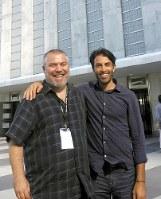 米ニューヨーク国連本部の前で再会を喜ぶムサブ・ユセフ氏(写真右)とイスラエル対内諜報機関シンベト元幹部、ゴネン・ベンイツハク氏=ベンイツハク氏提供