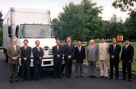 米国日野自動車販売上級副社長時代の下義生さん(左から2人目)=本人提供