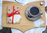 本形のトレーで出てくる「本と珈琲のセット」はインスタ映えすると女性に人気=東京都豊島区の「梟書茶房」で、小川昌宏撮影
