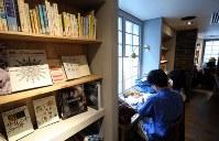 窓際の席は個室気分で集中できる=東京都豊島区の「梟書茶房」で、小川昌宏撮影