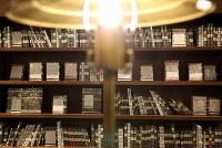 販売している書籍はすべて「袋とじ」されている。題名や著書名は分からない=東京都豊島区の「梟書茶房」で、小川昌宏撮影