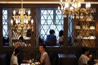 店内は大英図書館をイメージしている=東京都豊島区の「梟書茶房」で、小川昌宏撮影