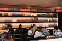 本棚にはさまざまな雑誌のバックナンバーがそろう。統一感を持たせるため、全て製本してあるという徹底ぶりだ=東京都渋谷区の「代官山 蔦屋書店」内のカフェ「Anjin」で、小松やしほ撮影