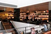 スタイリッシュな店内はホテルのラウンジのよう=東京都渋谷区の「代官山 蔦屋書店」内のカフェ「Anjin」で、小松やしほ撮影